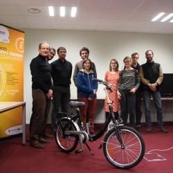 Jeu-concours Fête de l'énergie : le gagnant Isèrois reçoit son vélo lors de la soirée mobilité du 4 février